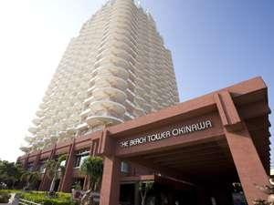 正面入口から見上げた外観24階立ての沖縄で1番の高層階ホテル