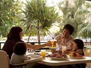ザ・ビーチタワー沖縄:海を眺めながらテラス席で食べるBBQは格別!ご家族やご友人同士でごゆっくりお楽しみください。