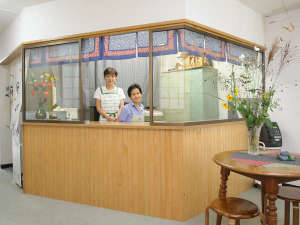 増富ラジウム温泉 三英荘:*フロント/温泉の入り方やお食事のことなど、お気軽にご相談ください♪