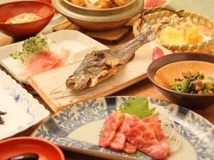 増富ラジウム温泉 三英荘:*夕食一例/地元で採れる野菜や山菜、旬のお魚やいのししなど郷土料理をお楽しみください。