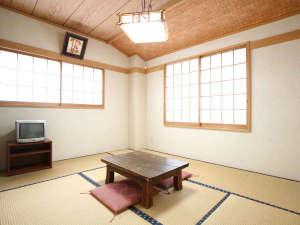 増富ラジウム温泉 三英荘:*和室8畳一例/1~2名様でご利用可能な純和風のお部屋。一人旅、ご夫婦にお勧めです。