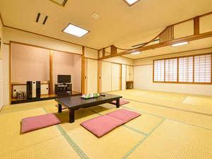 沖縄ホテル:*和室20畳(客室一例)/ご家族やグループに最適!沢山ならぶお布団でゴロリ♪ごゆっくりお寛ぎ下さい。