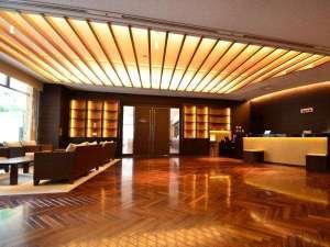 ホテル天神プレイス:■Front Lobby■リゾート感あふれるロビーソファ。開放感たっぷりのロビーにぴったり。