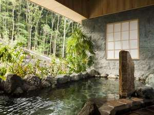 いにしえの宿 伊久:【大浴場 森の湯】緑が映える石造りの大浴場。外の自然との一体感の中で温泉をお楽しみいただけます