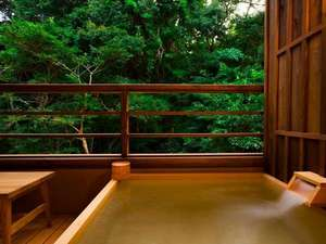 いにしえの宿 伊久 <共立リゾート>:全室に設置された露天風呂では森林浴と湯浴みを同時に愉しめます。