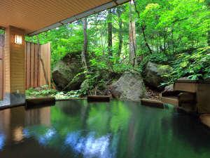 層雲峡温泉 朝陽リゾートホテル:【大自然の湯「鳥の声」】色濃い緑が目の前に広がる露天風呂