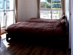よんな よんな:二階洋室1です。セミダブルベッドが2つあります。くっつけられます