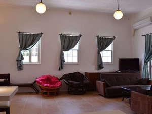 よんな よんな:一階リビングの窓&ソファーベッド×2です。天井が3.6メートルあります。