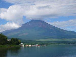 食と癒しのゲストハウス ヴィヴィアン クレール:富士五湖で一番大きな湖、山中湖。夏の頃の富士山♪