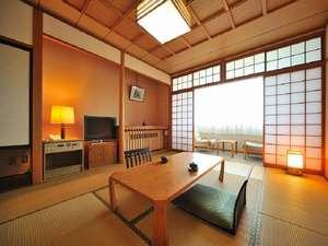 みちのく城址温泉・ホテルみどりの郷:和室の一例でございます。高台に立つ当館は緑豊かな木々と田園風景に山々、胆沢平野が一望できます。