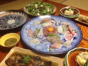 島宿 民宿但馬屋:刺し網でその日に取れた魚が夕食にならびます。