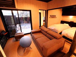 上田屋 離れ:■離れ和洋室【中車】ゆったりとソファに座って外を眺めれば、湯煙立ち上る露天風呂が臨めます。
