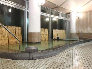 自然休養村センター 綾川荘:【風呂】綾川荘の女風呂です。窓からは照葉樹と綾北川が見えます。右側にサウナも有ります。