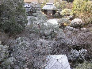 道後温泉 ふなや~創業三百九十余年~:雪化粧の庭園。四国は温暖な気候ですが、雪が降ることも。
