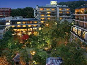 広大な日本庭園には自然の川が流れ旅人を癒してくれます。