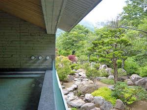 小樽旅亭 藏群:【露天風呂】朝里川の木々の緑がまぶしい。