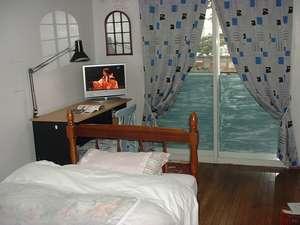 宝塚西洋民宿ルノアール女性専用:個室のお部屋です。全室スカイステージが無料です
