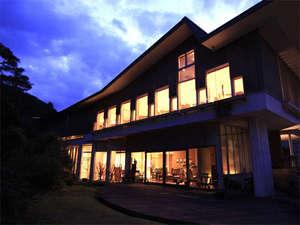 修善寺温泉 ブリーズベイ修善寺ホテル、夕方の外観です。