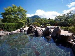 由布院温泉 ゆふいん山水館:1F「ゆふの湯」露天風呂と名峰由布岳。思わず長湯をしてしまう由布岳の絶景が楽しめます。