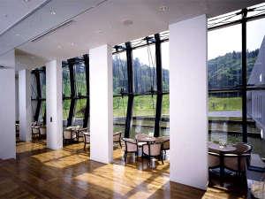 まかど観光ホテル:ティーラウンジ「はまなす」は大きな窓から太陽の光が降りそそぐ憩いの場です。