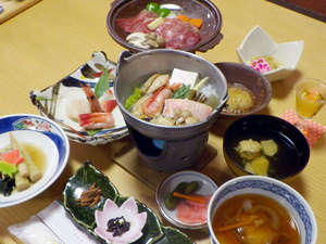 新見温泉 秘湯の宿 新見本館:*【夕食一例】地元で採れた山菜を生かした女将手作り料理。一品ずつご説明しながら提供しております!