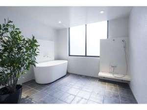 THE HOTEL KIYOMIZU 御所西:ご家族で一緒にお風呂を入っていただくために設計された広々としたお風呂です。