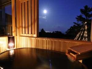 伊豆高原の隠れ宿 Syuhari ~守 破 離~:満月の夜 楕円型の信楽焼陶器風呂月や星を眺めながら湯浴みが心地よい