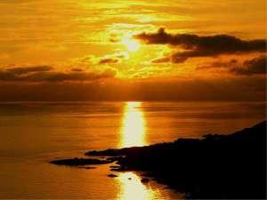男鹿桜島リゾートHOTELきららか:西海岸から望む夕陽とHOTELきららか
