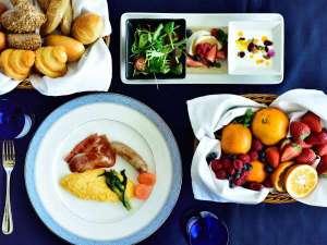 新鮮な野菜にフルーツ、ふわふわの卵料理に焼き立てのパンを海一望のダイニングにて♪