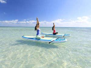 はいむるぶし:はいむるぶしSUPヨガ。澄んだ海で宙に浮いたような貴重な体験の中でSUPヨガを楽しみます