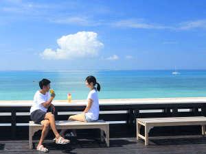 はいむるぶし:小浜島の特等席「海カフェ」。屋上には美ら海に対面したカウンターが設置されお茶をしながら満喫できます。