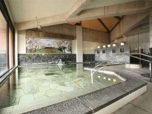 極楽寺山温泉 アルカディア・ビレッジ:おとこ湯。大きな窓からの景色も、ぜひお楽しみください!