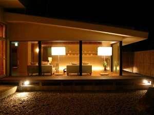 ねこと美食の宿 てしま旅館:スタイリッシュなロビー。ほのかな灯りと影が、さりげない安らぎの時を演出します。