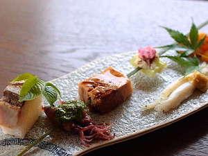 ねこと美食の宿 てしま旅館:季節の長州味5種一例。伝統的な和食を基本としつつも、楽しむ心を忘れず、いつも驚き演出します。