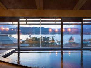 ホテル 宮島別荘:沈みゆく夕陽と穏やかな海原を望む<畳敷き>の展望浴場