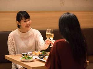 その日の旅の想い出に花を咲かせ、まずは美味しい料理とともに「乾杯!」