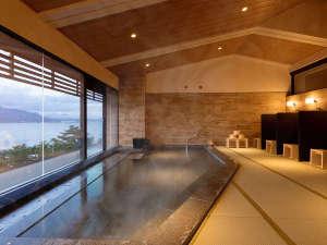 【展望畳大浴場 湯Like】やさしい肌触りの畳と温かな光で包まれた展望畳大浴場で、至福のひとときを。