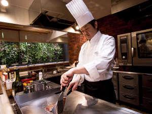 オープンキッチンでオーダーを受けてから仕上げるお料理にシェフのパフォーマンスで楽しいディナータイムを