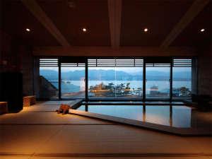 ホテル宮島別荘 夕陽を望む展望畳温泉と自然派ブッフェ料理:【湯Like】穏やかな海を見渡せる大浴場は、なんと畳敷き。光明石温泉でいつまでも入っていたくなる…