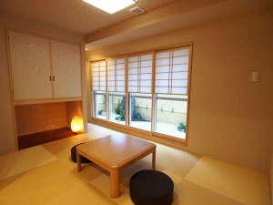 コンドミニアムホテル 欅庵東京日本橋:最上階の客室です。雪見障子から見える石庭坪庭は海外からのお客様のみならずご年配の方にも好評