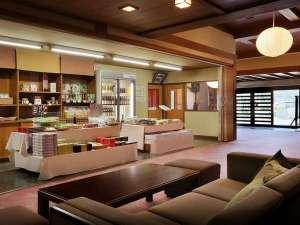 別館 ふじや旅館:山形のお土産を取りそろえている売店とゆったり寛げるロビー