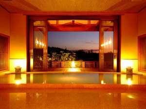 夕日ヶ浦温泉 大人専用の宿 佳松苑はなれ風香:夕刻には大きな窓の奥に美しい夕景を望みます※大浴場「流風」