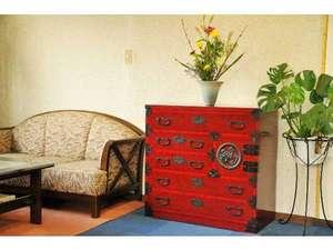 末広旅館:朱塗の和箪笥がひと際目立つ館内ロビー