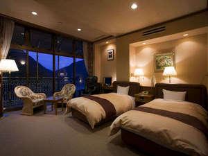 祖谷渓温泉 ホテル秘境の湯:ホテル秘境の湯:最上階からの日没はゆっくりと暮れてゆきます