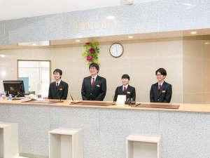 Hotel&Spa青森センターホテル:*笑顔いっぱいのフロントスタッフです。温泉もあったか♪スタッフもあったか♪