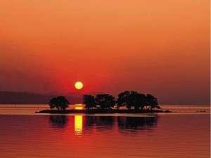 水の都「松江」の象徴宍道湖に浮かぶ「嫁が島」と感動的なサンセット!春夏秋冬飽きません。