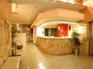 ホテルソガインターナショナル:フロントは24時間対応しております。