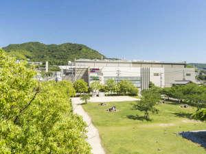 ホテル広島サンプラザ:休日は家族連れで賑わう公園でひと休み