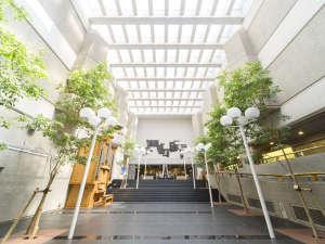 ホテル広島サンプラザ:玄関を一歩入ると、開放感のある吹き抜けのロビーが。ベンジャミンの木々に囲まれ、心落ち着く空間