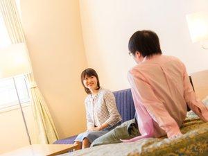 ホテル広島サンプラザ:〈ツイン〉光の差し込む明るい室内。ご夫婦、ご友人と楽しいひとときを